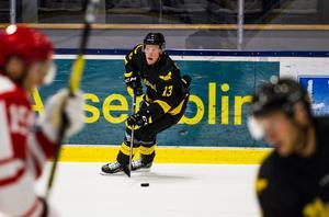 Kalle Östman bröt foten i januari. Nu är han helt frisk och taggad att få spela match igen i sin nya klubb VIK.
