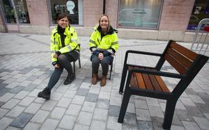 Skribenten är glad över möblerna längs Drottninggatan. På bilden Anna-Karin Gävert och  Maria Dahlgren, Gävle kommun.