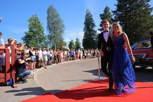 Studenterna anländer till Moraparken och självfallet rullas röda mattan ut.