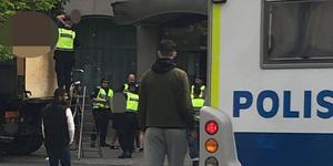 Polisen ingrep mot ett flertal bengaleldare, här vid Quality Hotel Park i centrala Södertälje. Foto: Privat