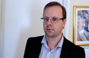 """""""Det är väldigt olyckligt att någon springer med de här uttalandena. Det finns inga belägg för dem"""", säger Håge Persson i ett hårt angrepp på sin partikamrat."""