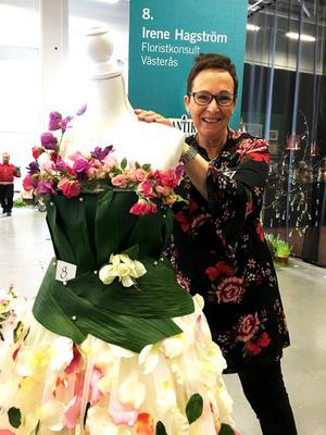 Irene Hagström går mot strömmen och visar upp blomkonstverk på Antikmässan.