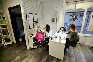 Dottern Lia Hansson, 5 år, kikar in för att lämna en teckning till mamma.