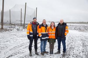 Markku Päivinen, Johan Fagerlund, Kicki Carlsson och Niklas Dall på Tveta återvinning står på den nya väg som anlagts genom området.