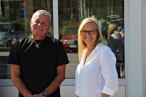 Lundins säljlagers ägare Stefan Lundin tillsammans med Owe Janssons delägare Ingela Erling.