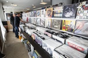 Det finns mellan 5000 till 6000  lp-skivor i butiken, de flesta begagnade.