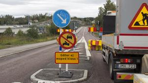 Efter påtryckningar hade Trafikverket ett möte och bestämde då att mopedbilar får passera över bron under reparationsarbetet.