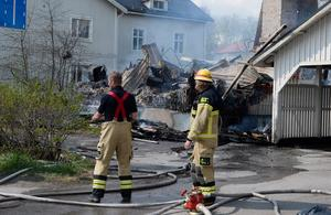 På eftermiddagen var det kontrollerade lågor och räddningstjänsten fortsatte sitt släckningsarbete.