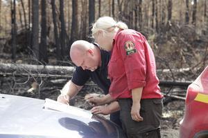 Pärra Jönsson och Kim Rudebeck diskuterar släckningsarbete.