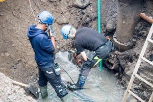 Personal från Tekniska kapade det trasiga röret och genomförde en reparation på plats. Nu återstår bara återfyllnad av gropen.