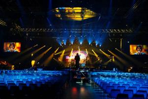 Det är här inne det händer i kväll. Fjällräven arena i Örnsköldsvik skiftar färg hela tiden. Fredrik förklarar att han ser rytmerna som ljusrörelser snarare än musik.Foto: Jan Andersson
