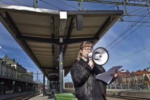 Konstnären Sofia Hultin på järnvägsstationen.