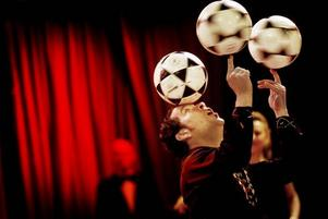 publikfriare. Bollkonstnären Rafael jonglerar med bollar i ett rasande tempo i Cirkus Maximums föreställning. Bäst är det när han stöter ut och fångar upp bollarna med bra munnen.