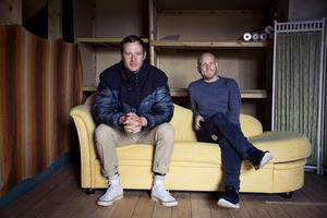 Jon Karlsson återvände till Dalarna och startade en egen teater tillsammans med Mattias Åhlén. Här i replokalen på vinden till Karlssons hus i Sundborn.