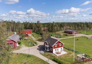 En lantgård i Godmarksstrand med bland annat två ladugårdar, konferenslokal, verkstad och bagarstuga är just nu till salu. Foto: Mäklarhuset