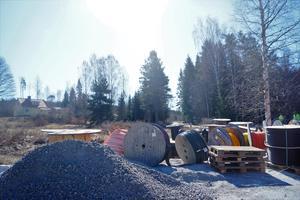 Det gula huset är Lennarts och området på cirka 3500 kvm av hans äng är nu uppgrusad.
