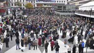 Metoo-manifestation i Stockholm 2017. Medierna har svårt att värja sig mot trycket av rörelsen vilket resulterade pressetiska övergrepp och skadat förtroende för journalistikens oberoende.  Foto: Claudio Bresciani / TT