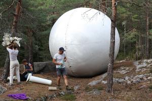 Michael Beutler testar att rulla sig jätteboll genom Råbyskogen. Foto: Patrick Kretschek