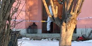 Tekniker på väg in för att undersöka bostaden där det misstänkta mordet ska ha begåtts.