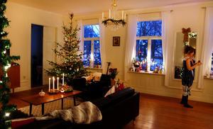 Julen tar gott och väl ett par kvällar att plocka fram för Maja Holmsten. Men när det nya året gjort entré, då åker den ut.– Ja, då kan jag packa ihop och börja längta till nästa jul.