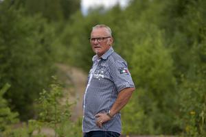 Märbäck Älvdalen och kommunalfrådet Kjell Tenn vid den gamla godskajen i Märbäck som nu helt håller på att växa igen.
