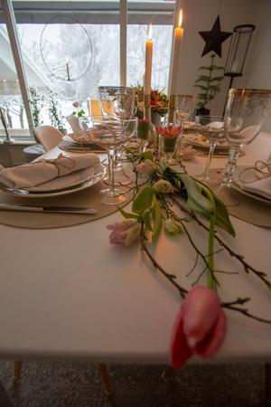 Franska tulpaner som en löpare på bordet.