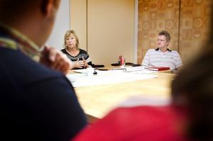 – Det finns inget vaccin mot knarkande. Samhället kan aldrig luta sig tillbaks och tro att problemet är löst, säger Maritha Johansson, narkotikakommissionens ordförande och socialnämndsordförande. Till höger syns projektledaren Johnny Gustavsson.
