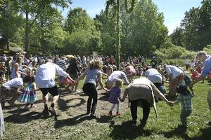 Ringlekar och dans vid Svärdsögården på midsommar. Foto: NP/arkiv