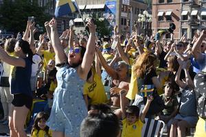 Stort jubel från publiken på Stora torget när domaren blåste av matchen, som förkunnade att Sverige är i kvartsfinal i årets fotbolls-vm.