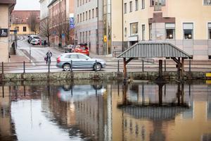Även i Faluån i centrala Falun märks de ovanligt höga vattennivåerna.