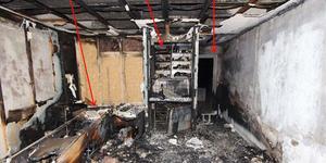 Hela lägenheten brändes ut. Dörren till höger är ut mot trapphuset. Foto: Polisen