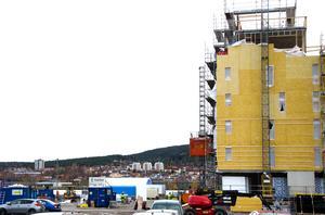 Omfattande nyproduktion av lägenheter, som här på Norra Kajen i Sundsvall, brukar normalt ge högre snitthyror i en kommun.