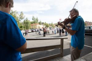 Elever från Falu kulturskola, med ledaren Leif Elfving i spetsen, spelade välkomstmusik innan invigningen av Fontänhuset i Falun.