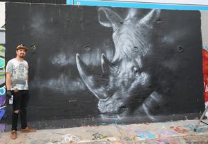 Det färdiga resultatet efter några timmars jobb med att trolla fram en noshörning på betongväggen. Som utgångspunkt har han en skiss i mobilen.