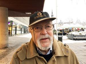 """Rolf Odell, 85, Centrum: """"En snäll kärring! Ha, ha. Det är bra till jul."""