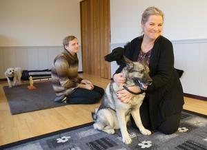 Hunden Tuva jagar älg till vardags och tycker nog att det stojas lite för mycket i lekrummet. Agneta brukar spela avslappningsmusik även för hundarna.