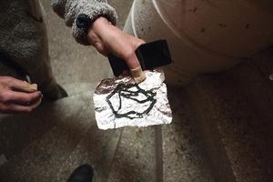Brandrisk? För att få fram drogen eldar missbrukarna under folien när de sitter i höghusets trappa.  Foto: Ann-Christine Kihl