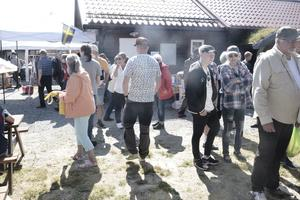 Kring matstånden var det fullt med folk, en ren matfestival.