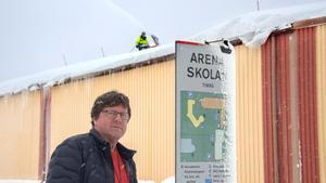 Staffan Abramsson vid ett av taken i Timrå som skottades med snöslunga.