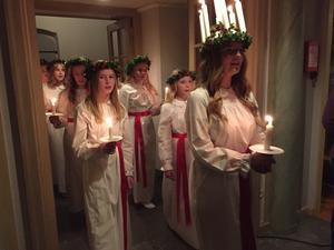 Lucia Lisen Marwén med tärnor bjöd besökarna på stämning, sång, värme och ljus.
