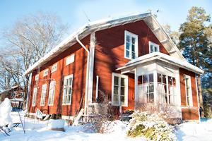 De stora rödvita trähusen som är byggda år 1900 rymde förr lägenheter för flera familjer. Nu bor Hilkka ensam på nedervåningen. Uppe finns två lägenheter som idag används som förråd.