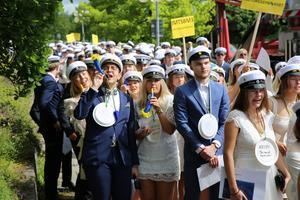 Soltorgsgymnasiets studenter tågade enligt traditionen från Galaxen till mottagningen i Soltorgsparken.