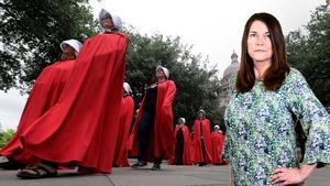 Protester mor anti-abortlagar i USA, där demonstranter klär sig i de uniformer som kvinnorna i teveserien Handmaid's tale tvingas bära. Sofia Mirjamsdotter är liberal skribent. Foto: Eric Gay