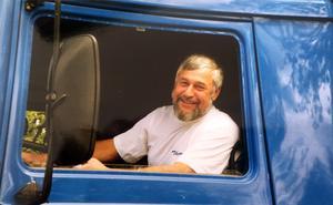 Ove Thomson bakom ratten i en av de många lastbilar och långtradare som han kört.