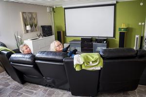 Gillestugan har blivit ett kombinerat bio- och sovrum. Den gröna färgen går som en röd tråd genom hela hemmet.