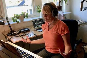 Marianne Gärdesmed sjunger upp tillsammans med kören, som hörs i lurarna.