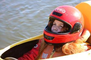 Nora lyssnar på Håkans direktiv innan hon ger sig ut till havs.
