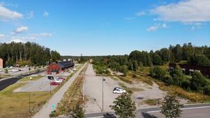 Foto: Söderhamns kommun. Drönarbild över del av tomten Broberg 3:1 som pekas ut av kommunens tjänstemän som lämplig tomt att bygga ett vård- och omsorgsboende på.