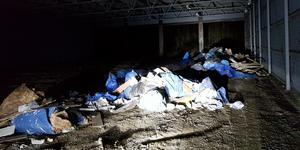 Dumpning av avfall i en av de gamla maskinhallarna på Almnäs. Foto: Södertälje kommun