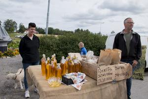 Pia och Lars Cederblad Norlund från Norränge lantbruk i Söderala sålde potatis och egen kallpressad rybsolja.